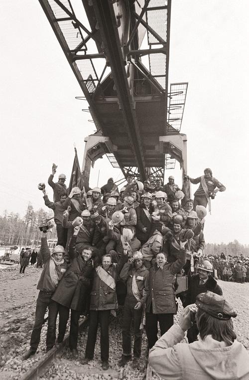 Η περάτωση του Σιδηροδρόμου Βαϊκάλης-Αμούρ ανακοινώθηκε πολλές φορές από τη ρωσική κυβέρνηση, όπως λόγου χάρη τον Οκτώβριο του 1984 (φωτό), στην πραγματικότητα όμως δεν ολοκληρώθηκε πριν από το 1991 – κι ακόμη και τότε όμως χρειάστηκαν στη συνέχεια πολλές επιδιορθώσεις.