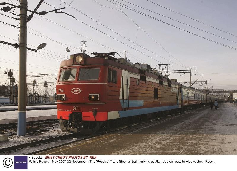 Το τρένο Ρασίγια του Υπερσιβηρικού φθάνει στο Ουλάν-Ουντέ καθ' οδόν για το Βλαδιβοστόκ, τον Νοέμβριο του 2007.