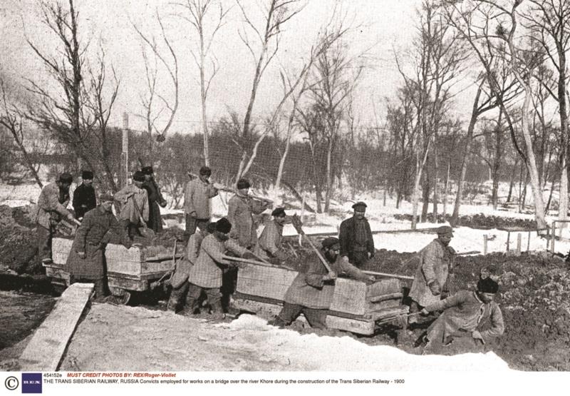Λόγω της έλλειψης εργατικού δυναμικού, σε πολλά τμήματα της γραμμής χρησιμοποιήθηκαν κατάδικοι κι εξόριστοι, λαμβάνοντας ως αντάλλαγμα μείωση της ποινής τους. Σχετικό στιγμιότυπο από τα έργα σε γέφυρα πάνω από τον ποταμό Χορ το 1900