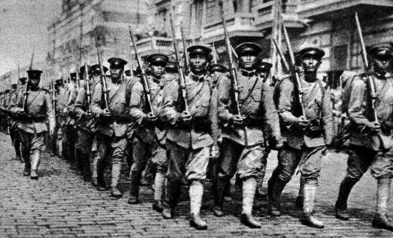 Ο Υπερσιβηρικός βρέθηκε στο επίκεντρο πολλών μαχών κατά τον Ρωσικό Εμφύλιο Πόλεμο και αναμείχθηκαν στρατιώτες διαφόρων εθνικοτήτων, όπως οι Ιάπωνες της φωτογραφίας που εισέρχονται στο Βλαδιβοστόκ το 1918, αν και κατά κύριο λόγο ως άμαχοι.