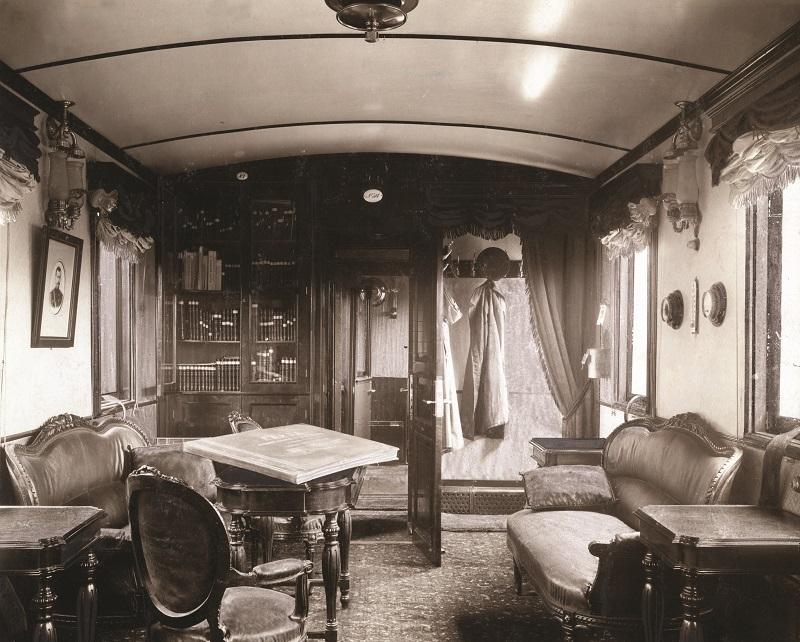 Μετά την ολοκλήρωση της γραμμής, η ρωσική κυβέρνηση έκανε μεγάλες προσπάθειες για να προσελκύσει εύπορους επιβάτες από τη Δύση, προσφέροντας πολυτελείς παροχές όπως το βαγόνι-σαλόνι της φωτογραφίας (1903).