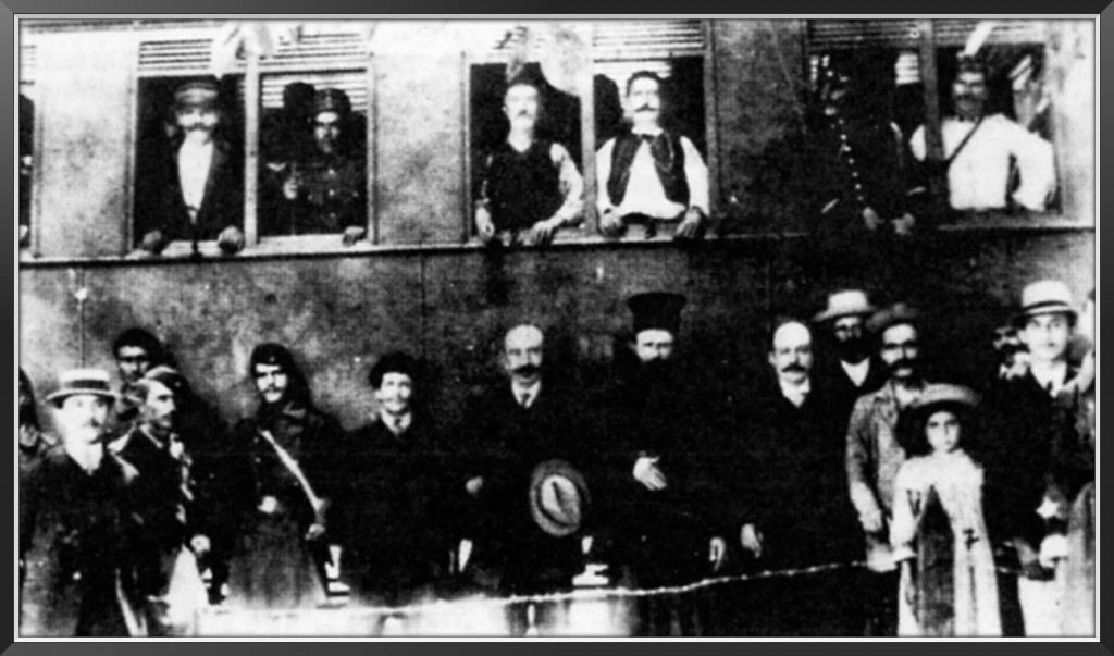 Οι πρωτεργάτες των αγροτικών κινητοποιήσεων επιβιβάζονται στο τρένο για να προσαχθούν σε δίκη