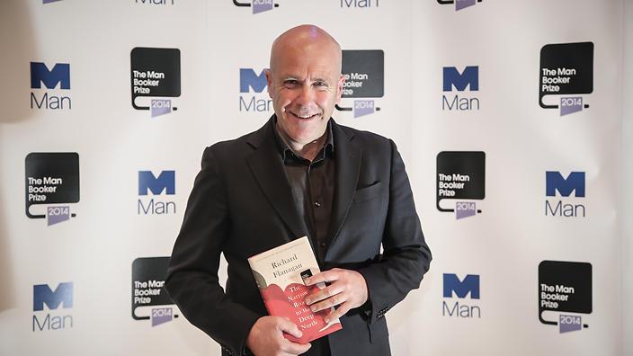 """Ο Ρίτσαρντ Φλάναγκαν παραλαμβάνει το βραβείο Man Booker 2014 για το βιβλίο του """"Το μονοπάτι για τα βάθη του βορρά"""""""